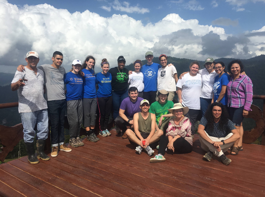 students study in Costa Rica